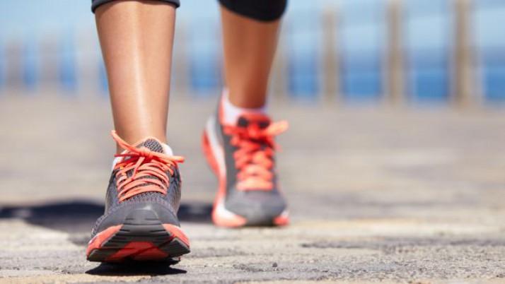 Caminar dos minutos cada hora ayuda a vivir más